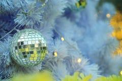 Spiegeln Sie Weihnachtsballeinzelteile auf weißer Torte und gelbem Beleuchtungshintergrund bokeh Form LED wider Stockbilder