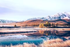 Spiegeloppervlakte van het meer in de bergvallei stock foto's