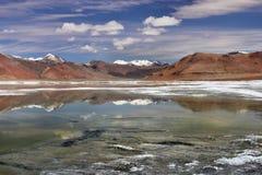Spiegelpanorama des Hochgebirges von ake: blaue und grüne Wasseroberfläche reflektieren Berge und Wolken, Tibet, Indien Lizenzfreies Stockbild