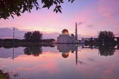 Spiegelreflexion der majestätischen Moschee während des Sonnenuntergangs Lizenzfreie Stockfotos