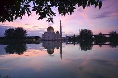 Spiegelreflexion der majestätischen Moschee während des Sonnenuntergangs Stockfotos