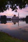 Spiegelreflexion der majestätischen Moschee während des Sonnenuntergangs Stockbilder