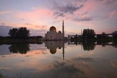 Spiegelreflexion der majestätischen Moschee während des Sonnenuntergangs Lizenzfreie Stockbilder