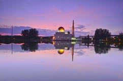 Spiegelreflexion der majestätischen Moschee während des Sonnenuntergangs Lizenzfreies Stockfoto