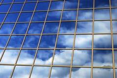 Spiegelreflexion des Himmels Stockfotos