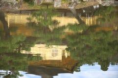 Spiegelreflexion im Wasser des Goldpavillons in Kyoto, Japa Stockfotos