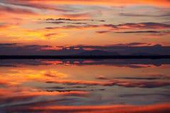 Spiegelung des Wassers bei Sonnenuntergang stockfotos