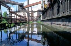 Spiegelung einer Industrieanlage Stockfotografie