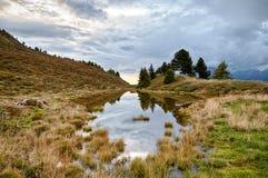 Spiegelvijver in de bergen van Oostenrijk Royalty-vrije Stock Foto's