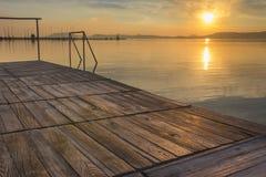 Spiegelwasser bei Sonnenuntergang in Balaton Stockfoto