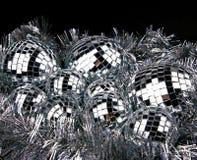 Spiegelweihnachtskugeln auf Silber Lizenzfreies Stockbild