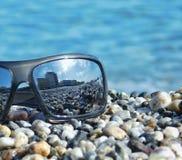 Spiegelzonnebril op het strand Stock Afbeelding