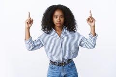 Spieghilo Bello leader della squadra femminile sospettoso dispiaciuto intenso dubbioso che alza i dito indice che indicano su fotografia stock libera da diritti