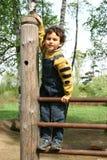 Spiel auf einem Spielplatz der Kinder. Stockfotos