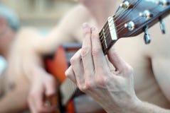 Spiel auf Gitarre Stockfoto