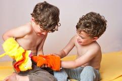 Spiel der eineiigen Zwillinge mit Marionetten Lizenzfreie Stockfotografie