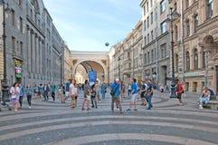 Spiel der jungen Männer mit einem Ball St Petersburg Russland Lizenzfreies Stockfoto