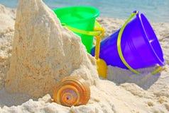 Spiel der Kinder am Ufer Lizenzfreies Stockfoto