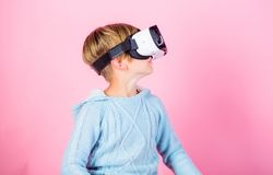 Spiel der Kinderjungenspiel-virtuellen Realität Erforschen Sie alternative Wirklichkeit Cyberraum und virtuelles Spiel Zukunft de lizenzfreies stockfoto
