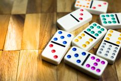 Spiel des Dominos auf Holz stockfotos
