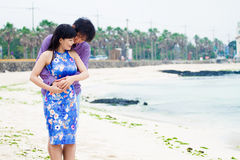 Spiel des glücklichen Paars auf dem Strand, lizenzfreies stockfoto