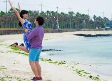 Spiel des glücklichen Paars auf dem Strand, lizenzfreie stockfotografie
