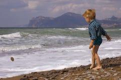 Spiel des kleinen Jungen auf dem Strand Lizenzfreies Stockbild