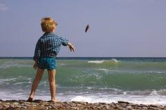 Spiel des kleinen Jungen auf dem Strand Lizenzfreie Stockfotografie