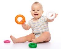 Spiel des kleinen Jungen mit Spielwaren Stockbilder