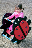 Spiel des kleinen Mädchens im Spielplatz lizenzfreie stockfotografie