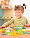 Spiel des kleinen Mädchens mit Gebäudeziegelsteinen im Vortraining stockfotos
