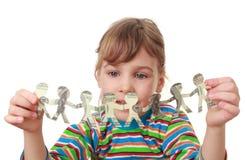 Spiel des kleinen Mädchens mit Girlande der Papiergeschöpfe Stockbilder