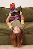 Spiel des kleinen Mädchens mit Tablette-PC Lizenzfreies Stockbild