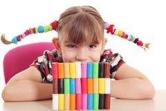 Spiel des kleinen Mädchens mit Plasticine Stockfotografie