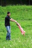 Spiel des kleinen Mädchens mit Vati in der Natur Lizenzfreie Stockfotografie