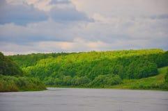 Spiel des Sonnenlichts auf dem Oka-Fluss in Tarusa, Kaluga-Region, Russland Stockfotos