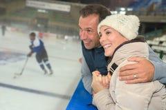 Spiel-Eishockey der lebhaften Paare aufpassendes Stockbild