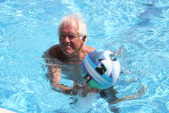 Spiel im Schwimmbad Stockfotos