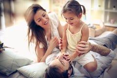 Spiel mit Eltern stockfotografie