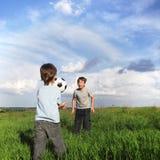 Spiel mit zwei Jungen im Fußball Lizenzfreie Stockfotografie