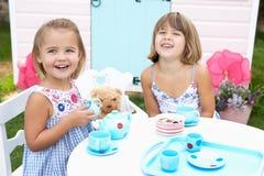 Spiel mit zwei jungen Mädchen draußen Lizenzfreies Stockfoto