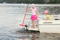 Spiel mit zwei kleinen Mädchen auf Scherblock Lizenzfreie Stockfotos
