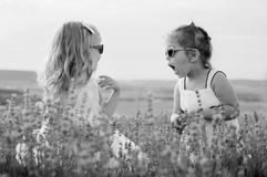 Spiel mit zwei lustiges kleinen Mädchen Stockfotografie