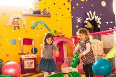 Spiel mit zwei Mädchen lizenzfreies stockfoto