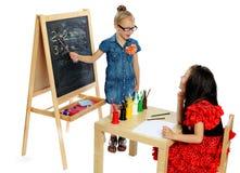 Spiel mit zwei Mädchen in der Schule (Serien) Stockbild