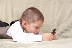 Spiel am Telefon Stockfoto