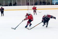 Spiel von Kindereishockeyteams Lizenzfreie Stockfotos