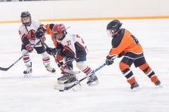 Spiel von Kindereishockeyteams Stockbild