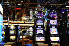 Spielautomaten - Kasino-Raum - Bargeld-Spiele Stockfotos