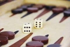 Spielbackgammon auf einem Brett mit w?rfelt und Kontrolleure stockfotos